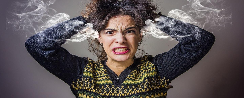 mulher confusa com custos e despesas