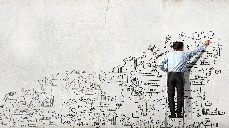 Homem inovando no seu planejamento de negócio