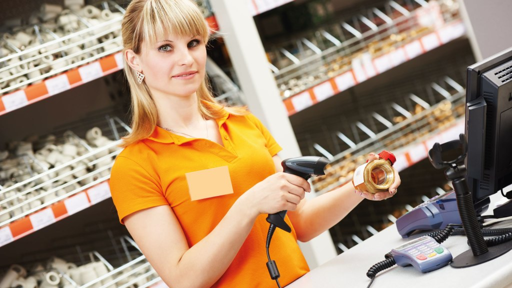 vendedora-utilizando-automação-comercial-na-loja