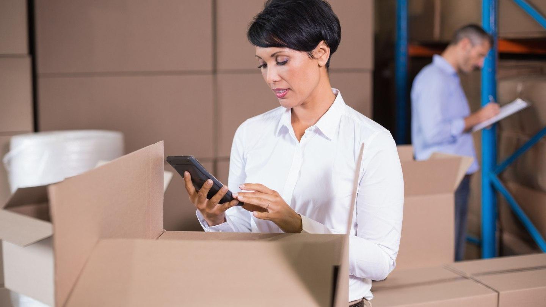 empresaria-começando-a-fazer-o-inventario-de-estoque